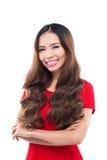 Concepto de los días de fiesta, de la celebración y de la gente - mujer sonriente en vestido rojo en el fondo blanco Imágenes de archivo libres de regalías