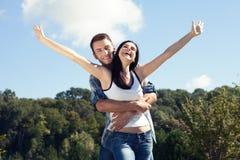 Concepto de los días de fiesta, de las vacaciones, del amor y de la amistad - par sonriente Fotos de archivo libres de regalías