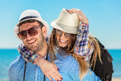 Concepto de los días de fiesta, de las vacaciones, del amor y de la amistad - par sonriente que se divierte Fotos de archivo libres de regalías
