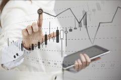 Concepto de los datos de las finanzas Mujer que trabaja con Analytics Trace la información del gráfico con las velas japonesas en fotografía de archivo libre de regalías