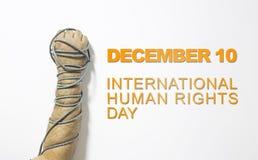 Concepto de los derechos humanos: hombre encadenado contra el texto: Día de los derechos humanos escrito en la pizarra Imagen de archivo libre de regalías
