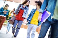 Concepto de los estudiantes de la amistad de los amigos de los adolescentes Imagenes de archivo