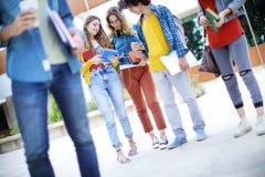 Concepto de los estudiantes de la amistad de los amigos de los adolescentes Imagen de archivo libre de regalías