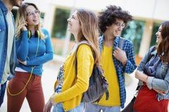 Concepto de los estudiantes de la amistad de los amigos de los adolescentes Imágenes de archivo libres de regalías