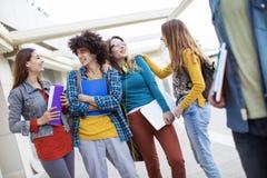 Concepto de los estudiantes de la amistad de los amigos de los adolescentes Fotografía de archivo libre de regalías