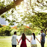 Concepto de los jóvenes de la unidad de los adolescentes de los amigos del parque junto Fotografía de archivo libre de regalías