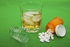 Concepto de los medicamentos de venta con receta del vaso de medida del whisky Foto de archivo