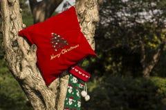 Concepto de los regalos del árbol de la Feliz Navidad y de la Feliz Año Nuevo Fotografía de archivo libre de regalías