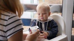 Concepto de maternidad feliz Bebé y su interacción de la madre Niño caucásico de la alegría feliz, niño del niño, pequeño bebé almacen de metraje de vídeo