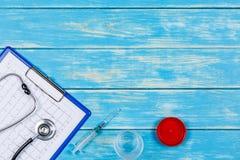 Concepto de medicina en un fondo de madera azul Fotografía de archivo