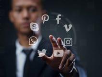 Concepto de medios sociales - hombre que presiona la pantalla virtual Imagenes de archivo