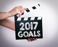 Concepto de 2017 metas Manos femeninas que sostienen la chapaleta de la película Imagen de archivo
