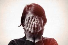 Concepto de miedo, vergüenza, violencia en el hogar fotografía de archivo