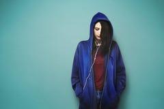 Concepto de moda de la música de la mujer que escucha hermosa Fotografía de archivo