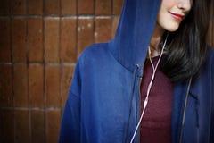 Concepto de moda de la música de la mujer que escucha hermosa Foto de archivo