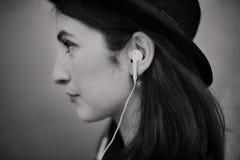 Concepto de moda de la música de la mujer que escucha hermosa Fotos de archivo