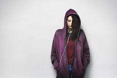 Concepto de moda de la música de la mujer que escucha hermosa Imagen de archivo