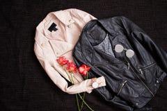 concepto de moda Dos chaquetas de cuero en un fondo negro a foto de archivo libre de regalías