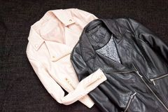 concepto de moda Dos chaquetas de cuero en un fondo negro Visión superior, espacio para el texto imagen de archivo