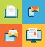Concepto de márketing del correo electrónico vía los artilugios electrónicos Imagenes de archivo