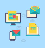 Concepto de márketing vía los artilugios electrónicos - hoja informativa a del correo electrónico Imágenes de archivo libres de regalías