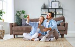Concepto de mudanza, hogar de compra planes de la pareja de matrimonios para reparar y para proyectar el apartamento fotos de archivo libres de regalías