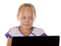 Concepto de navegación por Internet insegura del usind de los niños Foto de archivo