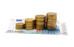 Concepto de negocio cada vez mayor con las monedas y los billetes de banco Fotos de archivo libres de regalías