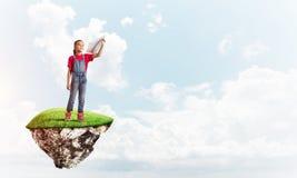 Concepto de niñez feliz descuidada con el avión de papel que lanza de la muchacha Fotos de archivo