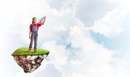 Concepto de niñez feliz descuidada con el avión de papel que lanza de la muchacha Imagen de archivo libre de regalías