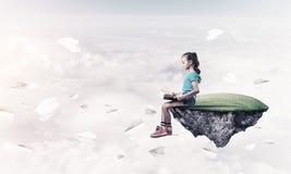Concepto de niñez feliz descuidada con el libro de lectura de la muchacha Foto de archivo