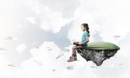 Concepto de niñez feliz descuidada con el libro de lectura de la muchacha Imagen de archivo libre de regalías