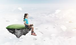 Concepto de niñez feliz descuidada con el libro de lectura de la muchacha Foto de archivo libre de regalías
