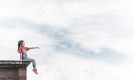 Concepto de niñez feliz descuidada con el tacto de la demostración de la muchacha más gest Imagen de archivo