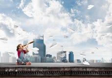Concepto de niñez feliz descuidada con la muchacha que explora este mundo Foto de archivo