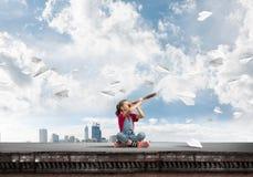 Concepto de niñez feliz descuidada con la muchacha que explora este mundo Foto de archivo libre de regalías