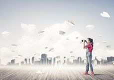 Concepto de niñez feliz descuidada con la muchacha que mira en binocul Fotos de archivo libres de regalías