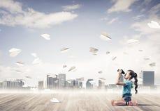 Concepto de niñez feliz descuidada con la muchacha que mira en binocul Fotografía de archivo libre de regalías