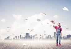 Concepto de niñez feliz descuidada con la muchacha que mira en binocul Imagen de archivo libre de regalías