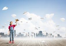 Concepto de niñez feliz descuidada con la muchacha que mira en prismáticos Foto de archivo libre de regalías
