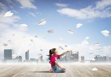 Concepto de niñez feliz descuidada con la muchacha que señala con el finger en algo Imagen de archivo libre de regalías