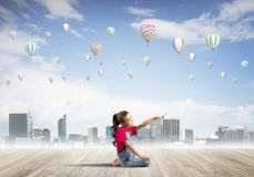 Concepto de niñez feliz descuidada con la muchacha que señala en algo Fotografía de archivo libre de regalías