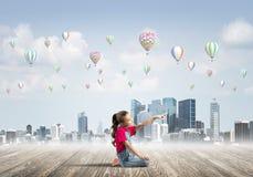 Concepto de niñez feliz descuidada con la muchacha que señala en algo Imágenes de archivo libres de regalías