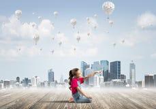 Concepto de niñez feliz descuidada con la muchacha que señala en algo Foto de archivo libre de regalías