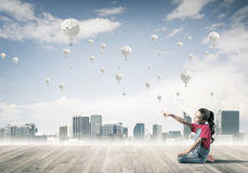 Concepto de niñez feliz descuidada con la muchacha que señala en el someth Fotos de archivo libres de regalías