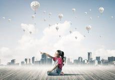 Concepto de niñez feliz descuidada con la muchacha que señala en el someth Imágenes de archivo libres de regalías