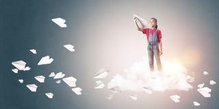 Concepto de niñez feliz descuidada con la muchacha que sueña para convertirse Imagen de archivo