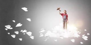 Concepto de niñez feliz descuidada con la muchacha que sueña para convertirse Imágenes de archivo libres de regalías