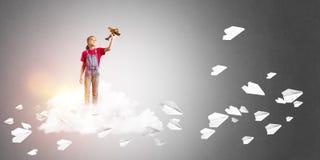 Concepto de niñez feliz descuidada con la muchacha que sueña para hacer piloto Fotografía de archivo libre de regalías