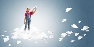 Concepto de niñez feliz descuidada con la muchacha que sueña para hacer piloto Imágenes de archivo libres de regalías